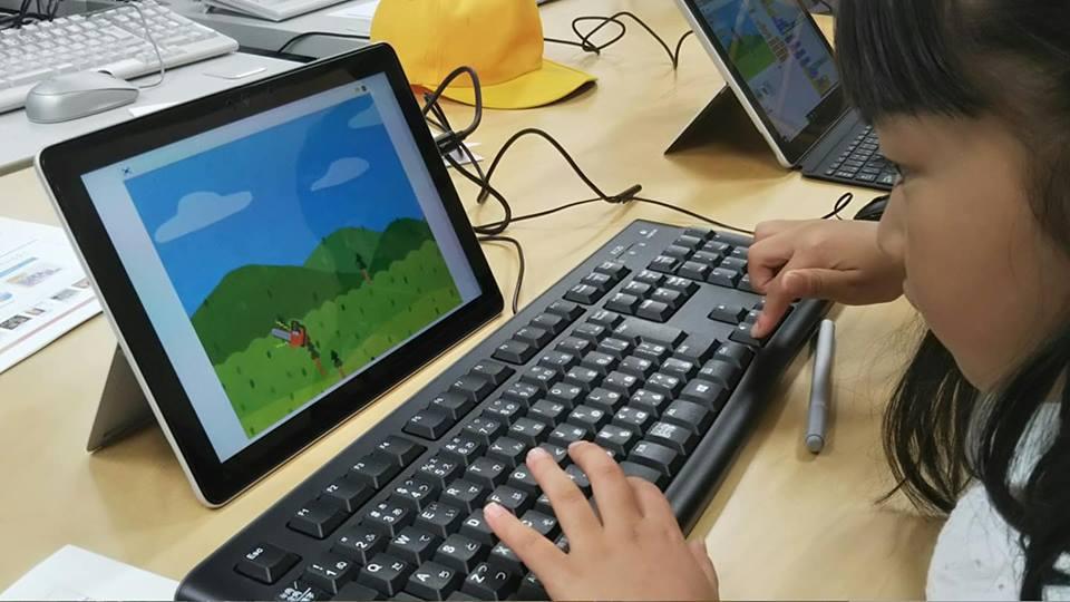 パソコンに真剣に取り組む子どもたち